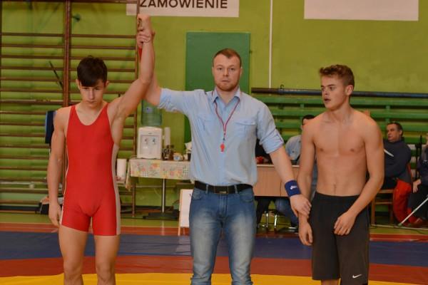 Piotr Zabłocki (czerwony kostium) zwycięża swoją walkę. Sędziuje Dariusz Szymański