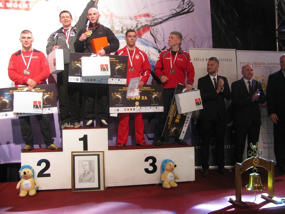 Kat. wagowa 66 kg. III m. - Grzegorz Wanke (drugi od prawej na podium)