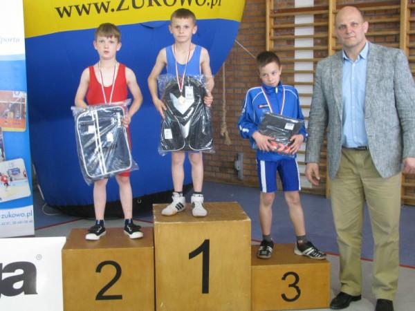 Kategoria wagowa 29 kg. Od lewej- Wiktor Wojciechowski i Piotr Ziembicki oraz dwukrotny mistrz olimpijski Andrzej Wroński ze swoim podopiecznym na trzecim miejscu