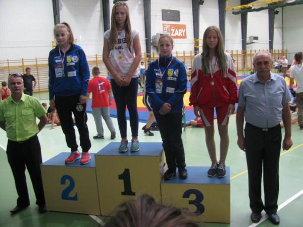 Weronika Majewska pierwsza od prawej na trzecim miejscu podium