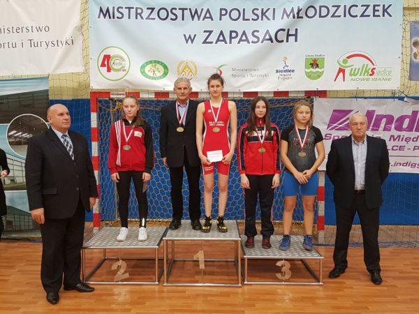 agata-kazimierczak-na-pierwszym-miejscu-podium-z-trenerem-kazimierzem-wanke